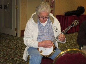 Fetze Pijlman playing tenor banjo